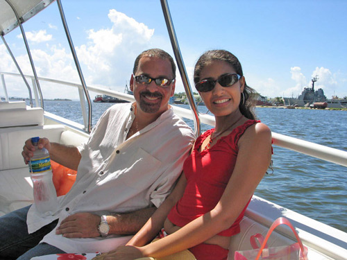 A photo of a foreign man and a Cartagena woman in a boat